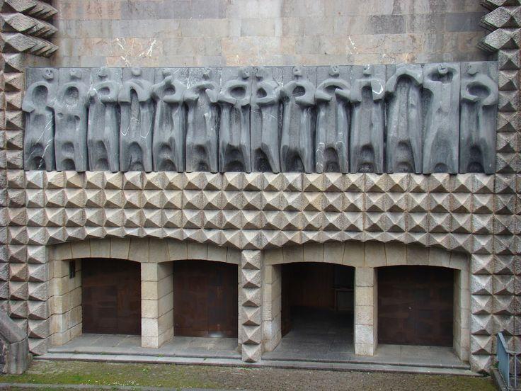 1954, Eduardo Chillida (San Sebastián, España 1924-2002): Puertas del Santuario de Arantzazu, Gipuzkoa. Y Jorge Oteiza: Friso de los Apóstoles, de 1953.