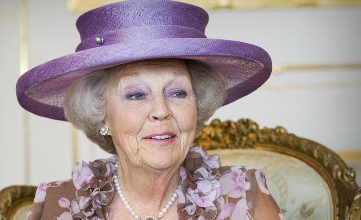 Prinses Beatrix voor het eerst in het openbaar na knieoperatie