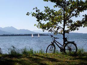 In drei Stunden mit dem Fahrrad um den Chiemsee? Das ist möglich. Aber in zwei Tagen geht das auch – und dann kann man auch ein bisschen die Gegend genießen. Und die hat es in sich.