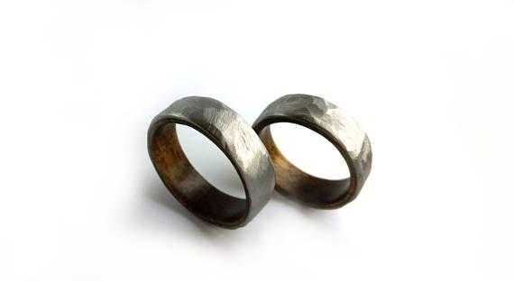 | Gehämmert Titan über Nussbaum Ringset | Dieser Ring set verfügt über die dunklen, melierte Schönheit der Nussbaum-Maserung, gepaart mit der hellen, gehämmert Finish aus Titan. Ich mache jeden Ring wenn bestellt. Wenn erworben haben, können Sie Ihre Größen senden, der beachten Sie