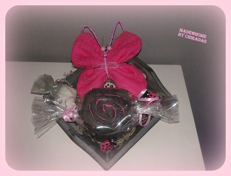 Cadeaupakketje; houten schaaltje met vlinder (washandje), snoepje (gastendoekje) en geurzakje