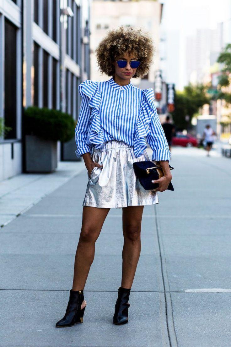 Street Style NYFW. Camisa azul listrada de branco com babados. Saia prateada, metalizada. Black Power. Bota preta.