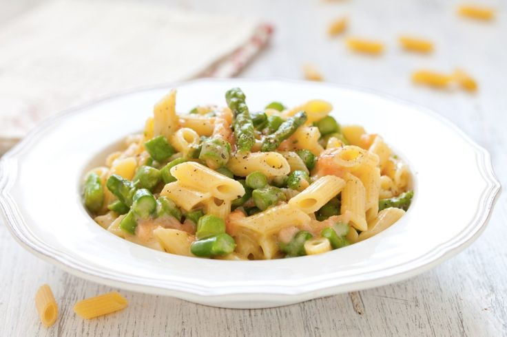 Pennette alla carbonara con asparagi e trota affumicata  ricetta