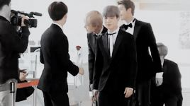 MY Best BTS Yoonseok HopeGa moment ever .. 2017 Suga waits for Jhope to come and gives his the Red Flower