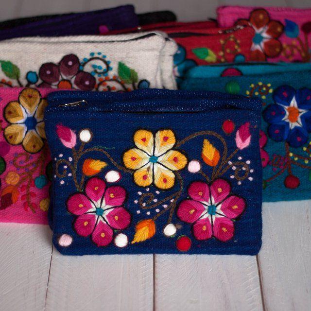 Sobre bordado artesanalmente. Este bordado estípico de Ayacucho, Perú. Ideal para usar como portacosméticos, cartuchera, sobre o como más te guste! Mide 13...