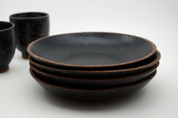 Questa ciotola di pasta piatto/superficiale è stata formata, da me, da terra, mano martellata argilla di gres porcellanato. Dopo la cottura bisque