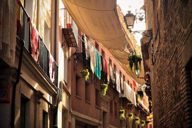Corpus Christi - Toledo,..............Unos días antes de la fiesta empiezan las preparaciones tanto en las calles del recorrido como en la propia catedral. Las calles se cubren con los antiguos toldos que proceden de los gremios de tejedores y sederos. Las calzadas se salpican de plantas olorosas (cantueso, romero, tomillo). Los propietarios de las casas de todas estas calles adornan sus balcones con reposteros, banderas y otros ornamentos apropiados.