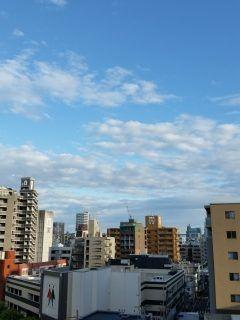 写真は会社から見た福岡市北側の空の様子です今日も暖かい一日になりそうですね 只今の気温21   どんたく港まつりは賑わってるんでしょうね それにしても昨日は午後に一時的でしたがバケツをひっくり返したような大雨が降りましたがお祭りにも影響がでたでしょうね   私の今年のゴールデンウィークの過ごし方は日ごろ会うことのできない人と会って打ち合わせをしたり溜った仕事を片付けたりしていますがなかなか思うように自分のペースで仕事ができませんね そして相も変わらず徹夜(>_<)  日ごろと何も変わらないGWですが変わらないことが良いのかも知れませんねw  ということでまだまだ全く書類の整理や作成などが追いついておりませんがGWの間に出来る限り片付けたいと思います  それでは良い休日をお過ごしください()v tags[福岡県]