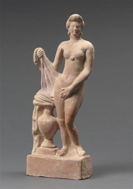 Statuette : Aphrodite de Cnide. entre 50 av J.-C. - et 50 ap J.-C. - signée Diphilos dérivé du modèle de Praxitèle : représentée au moment de son bain, ses vêtements posés sur une hydrie. Paris, musée du Louvre