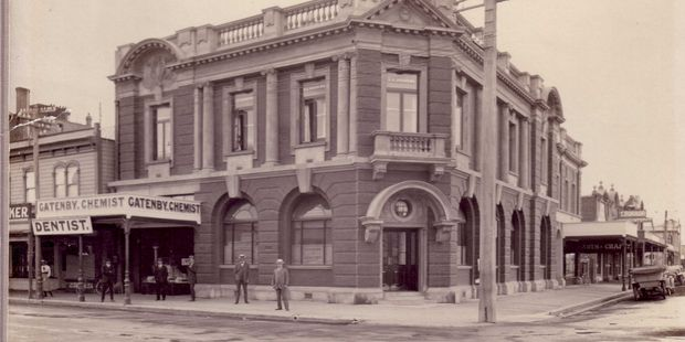 The Union Bank stood on the corner of Karamu Rd North and Heretaunga St East and was later replaced by the  ANZ Bank building.