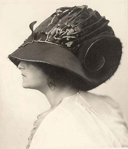 Hutentwurf getragen von Emilie Flöge (Project of a Hat worn by Emilie Flöge), photo by  Madame d´Ora, 1910