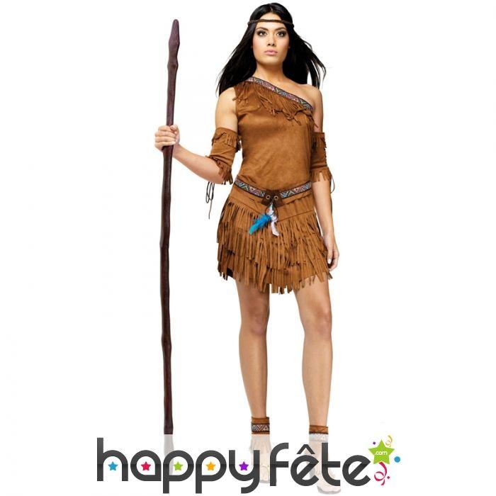 Un déguisement d'Indienne sexy, dédié à la gente féminine de taille adulte, composé d'une robe à franges, d'un bandeau, d'une ceinture, de manchettes et de guêtres assorties. De couleur marron. Tailles disponibles : M / L / S.
