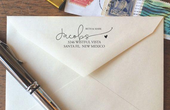 Notre sur-mesure moderne calligraphie retour adresse timbre est parfait pour : invitations formelles, papeterie mignon, nous avons déménagé !