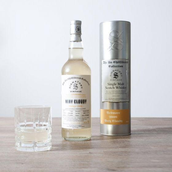 Ce whisky Ardmore «Very Cloudy» est un single malt non-filtré à froid, donc naturellement trouble et riche, aux notes délicates de tourbe et d'iode. Bouteille de 70cl / 40%