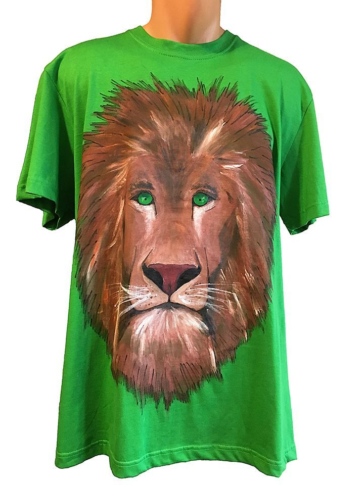 Handmade T-shirt Lion  This T-shirt is suitable for all men and women, the material is 100% cotton and it's painted manual with quality and non toxic paint, which is also permanent. You can wash it in the washing machine or manually at 30 Celsius degrees.