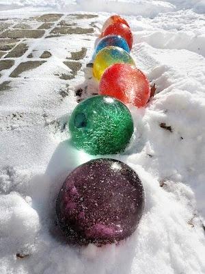 ice balloons    vul de ballonnen met water, wat druppels eetbare kleurstof erbij, even schudden, leg ze buiten in de vriekou en haal als ze bevroren zijn de buitenkant eraf ... mega knikkers in de tuin ;)    ge reblogspot op mijn eigen blog ; http://ateliernosissy.blogspot.nl