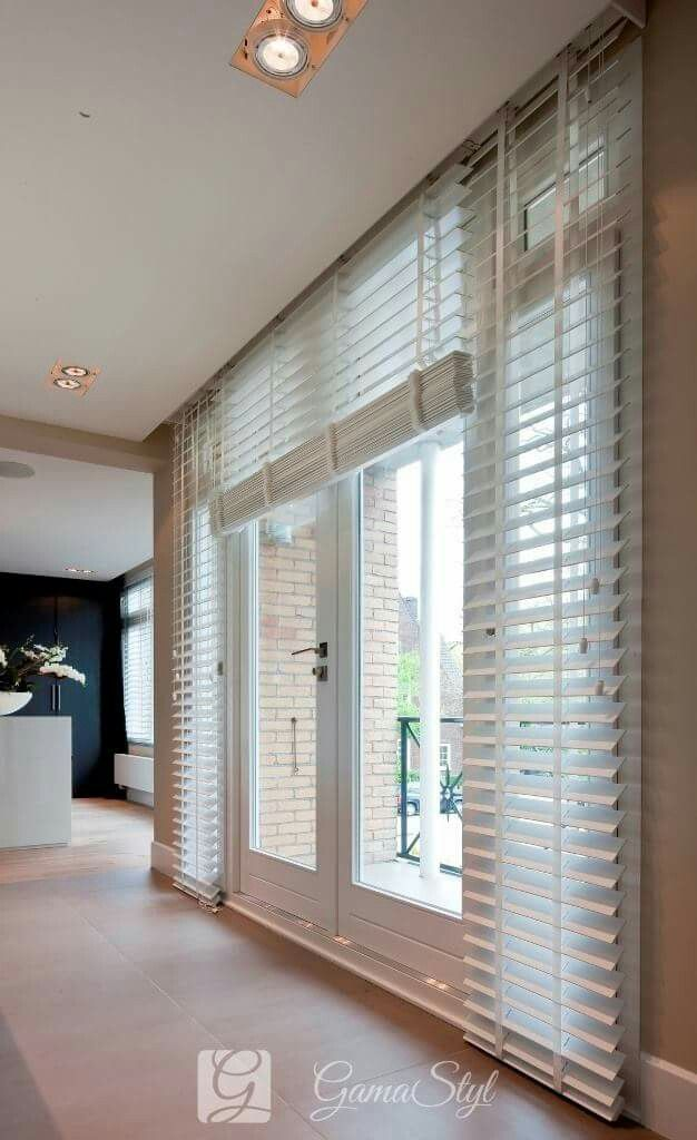 Żaluzje drewniane, taśma w kolorze lameli, żaluzje drewniane w salonie http://www.gamastyl.pl/oferta/zaluzje-drewniane