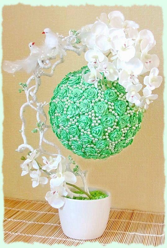 Высота 42 см, диаметр шара 18 см. Состав: керамическое кашпо, искусственная орхидея, засахаренные веточки, розы из атласных лент, птицы, бусы, рафия, декоративный грунт.