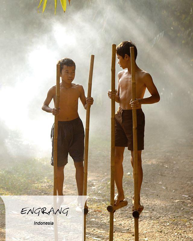 Isi sore kamu dengan belajar berjalan di atas egrang bambu. Kalau sudah mahir, pamerin keahlian kamu di depan teman-teman!  #EMCOLUX #COLORtorial #catkayubesi #warna #ngecat #surabaya #jakarta #depok #tangerang #bogor #bekasi #bandung #bali #banyuwangi #denpasar #jember #jogja #semarang #solo #kediri #mataram #nusatenggara #lombok #purwokerto #padang #makassar #cirebon #kupang #malang @indonesianrepost @indonesia_kaya @indotravellers @exploresurabaya