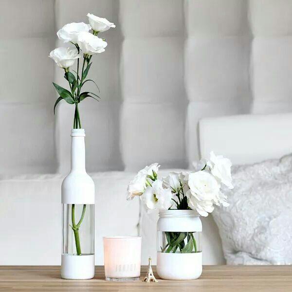 Vases DIY blancs J'aime beaucoup les bandes transparentes. :)
