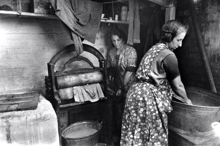 """Whitechapel washer women - 1 in 3 East End houses had a shared water supply until the 1950s... #eastend #history"""