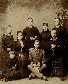 1880.,Nicola,Maria seduta a terra,Olga Konstantinovna Romanova,il diadoco Costantino,granduca Paolo (con il cane),principessa Alessandra Giorgio I e il principe Giorgio