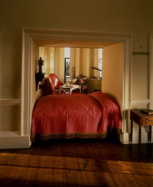 Thomas Jefferson's alcove bed at Monticello. >as to not take up space in one room (his bedroom) or the other (his study)...genius