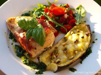 Ostefylte kyllingbryst med parmaskinke, squash, tomatsalat og basilikumolje - TRINEs MATBLOGG