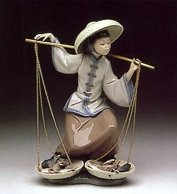 LLADRO - CHINESE IN THE MARKET  Issue Year:   1982    Retirement Year:   1994    Sculptor:   Salvador Debón