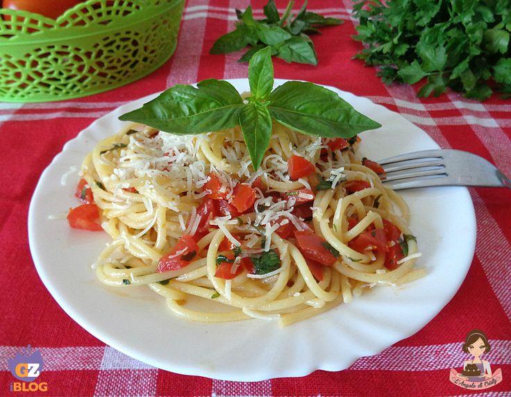 Un primo piatto tipico della cucina mediterranea , difficile resistere a questi spaghetti estivi, un profumo intenso di basilico e pomodoro !