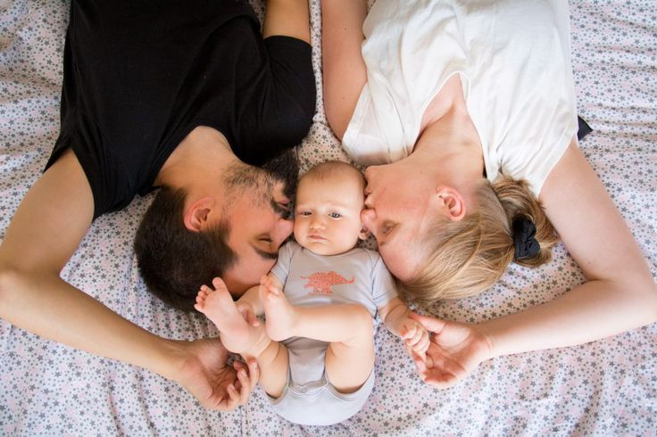 Séance photo bébé sur le lit des parents!