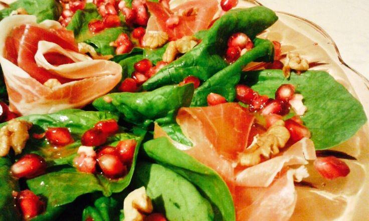 Szpinak z granatem, prosciutto i orzechami włoskimi w sosie miodowo-musztardowyn
