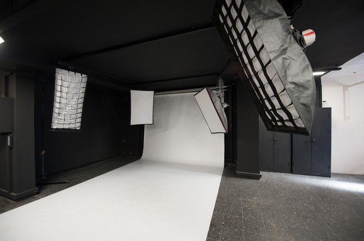 Blackout Studio Kiralık Fotoğraf Stüdyosu Mecidiyeköy / 4 metre eninde ve 20 metre uzunluğunda vinil beyaz fon.