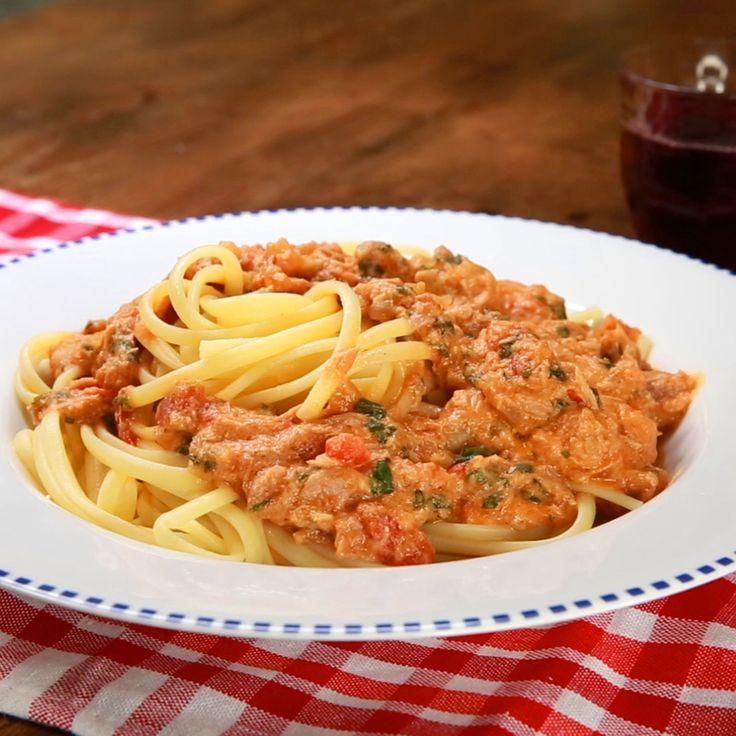 Besoin d'une idée de sauce pour vos pâtes ? Découvrez cette délicieuse recette de pâtes à la crème tomates, fromage et thon.