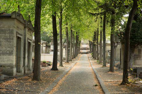 In het oosten van Parijs ligt de grootste begraafplaats van de stad: Cimetière du Père-Lachaise. Hier liggen redelijk wat bekende mensen begraven.