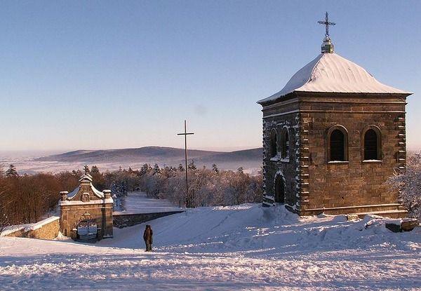A Łysa Góra (Kopasz-hegy) tetején áll a Szent Kereszt bencés kolostor és egy tv torony, de a hegy egykor a legjelentősebb boszorkány összejöveteleknek adott otthont. A legenda valószínűleg a kereszténység előtti időszakra tehető, amikor Łysa Góra helyén egy pogány kultusz - templom állt, melynek maradványai ma is a kolostor mellett láthatók.