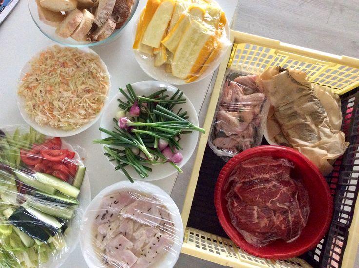 Pstruzi s citrónem, česnekem a koriandrovou natí, hovězí steaky s pepřem, medová kuřecí křídla, kuřecí prsa s citrónem a rozmarýnem, spousta zeleniny a pečivo