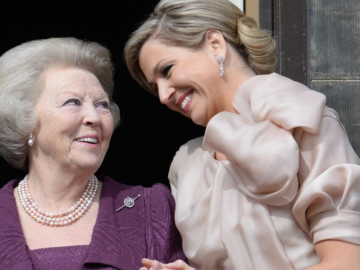 A nice moment between princess Beatrix and queen Máxima.
