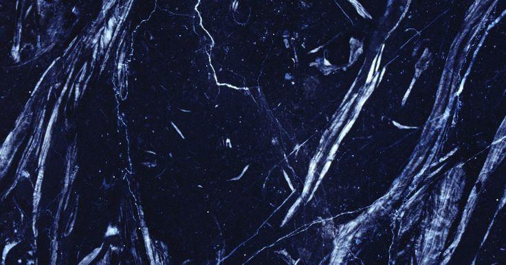 Como limpar azulejos de mármore preto sem deixar manchas. Azulejos de mármore preto acrescentam um toque de elegância a qualquer ambiente. Limpar o azulejo sem deixar marcas é uma tarefa fácil quando você usa os produtos de limpeza corretos. Embora haja uma grande variedade de produtos de limpeza no mercado, eles podem custar caro. Em vez disso, faça a sua própria solução de limpeza, usando ingredientes ...
