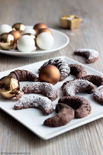 Brownie-Kipferl  »» easy peasy | Klassiker in der Schoko-Variante | süße Geschenkidee ««  Zubereitung: 45 min • Wartezeit: 30 min • Backzeit: 12 min •• ganz einfach ••  ZUTATEN (für ca 35 Stück)      50g Zartbitterschokolade     130 – 170g Mehl (der Teig sollte nicht zu bröselig werden)     1 EL Kakao     30g Haselnüsse, gemahlen     30g Mandeln, gemahlen     30g Zucker     1 Päckchen Vanillezucker     1 Prise Salz     1 Eigelb (Größe M)     120g kalte Butter     Puderzucke...