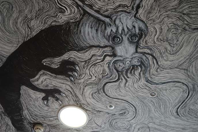 """drago nero murale bianco- 12 segni dello zodiaco"""" stanza da Ryosuke Yasumoto, che è stata completata durante il suo soggiorno di 11 giorni. Le sue  illustrazioni di animali in bianco e nero scorrono attraverso le pareti, e sottolineano il lato umoristico della racconto popolare asiatico."""