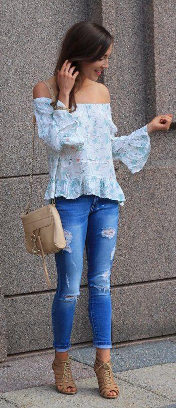#spring #outfits impreso azul del hombro de la blusa + Ripped Vaqueros ajustados + botines de punta abierta