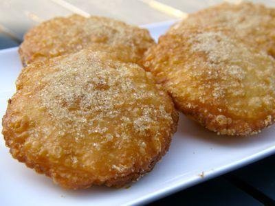 <p>Er is een groot verschil tussen een appelbeignet en een appelflap. Een appelbeignet is gemaakt met bladerdeeg en een appelflap is gemaakt van een beslag. Appelflappen en oliebollen worden gegeten met oud en nieuw, terwijl de appelbeignet ook op andere dagen gemaakt en gegeten wordt. </p>__