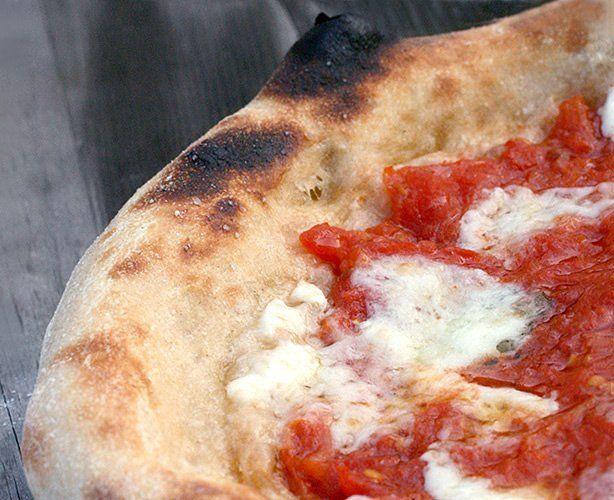 In fatto di pizza sono la regina dei rompipalle. Dovete perdonarmi, ma sono napoletana, e la pizza che si mangia qui a Roma, che può anche essere buonissima...