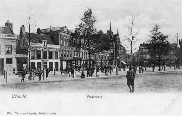 Vredenburg. Links het Venduhuis (Veilinghuis). In 1908 werd hier in Bioscoop-Salon Vreeburg geopend