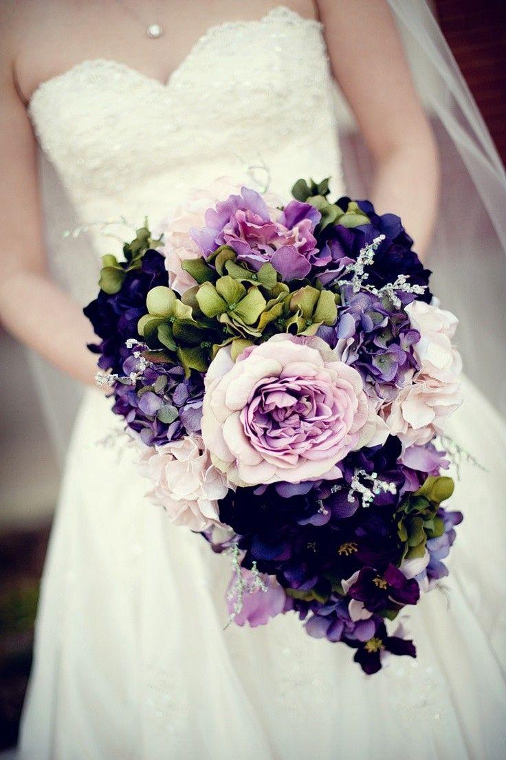 Buquê de noiva com violetas, lilás e verde