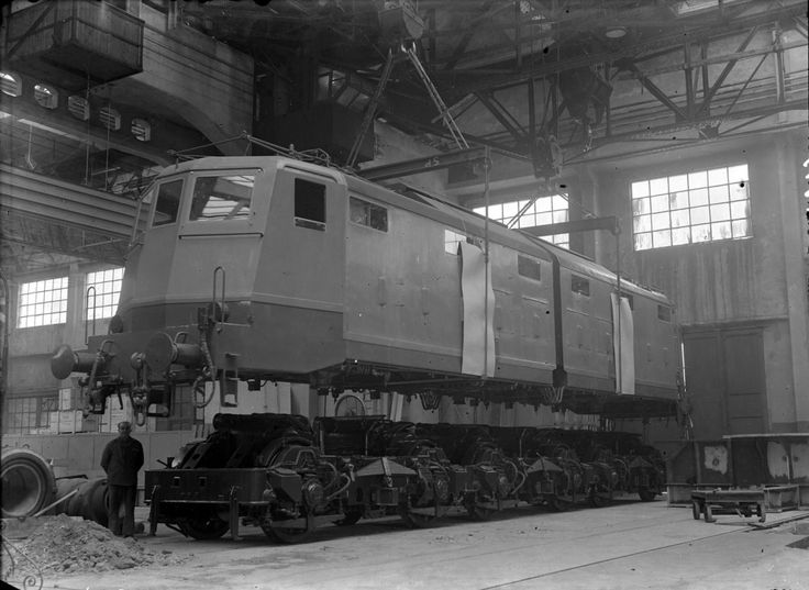 Una foto d'epoca di un treno alle officine Ansaldo di Milano. Foto: L'Espresso