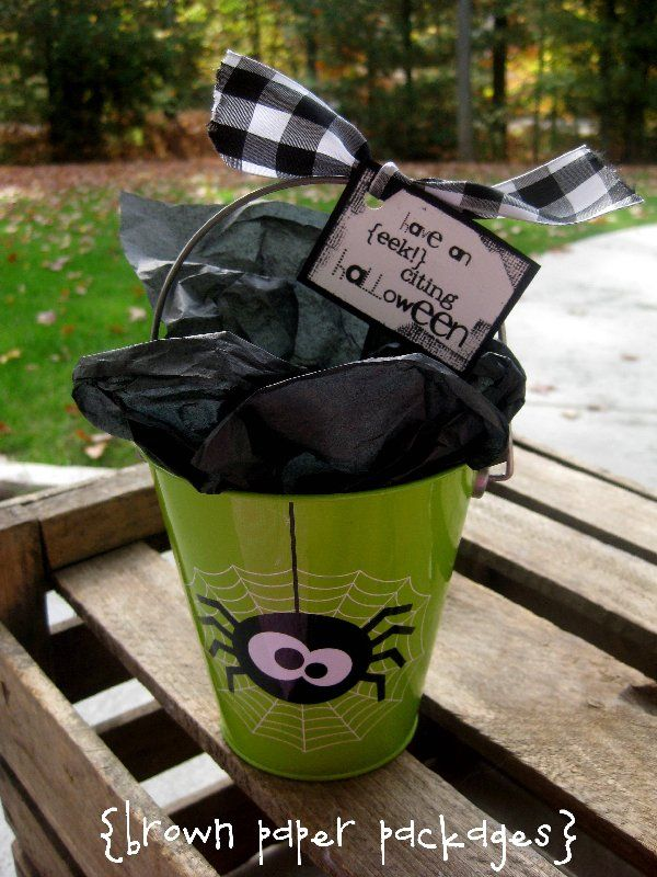 """DIY- Halloween gift idea~ Cute Spider pail & free printable tag. (Note: This is made out of a sand pail. It would be easy to turn the pail into a Frankenstein too- with a tag that reads, """"Frankly"""" I hope you have a happy Halloween!""""Brown Paper, Halloween Pail, Cute Halloween, Gift Ideas, Halloween Gifts, Gift Pail, Eek Cit Halloween, Gift Tags, Neighbor Gift"""