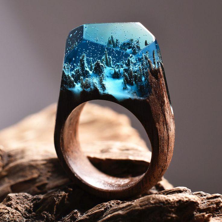 Mundos en miniatura dentro de estos anillos de madera que captan la belleza de…