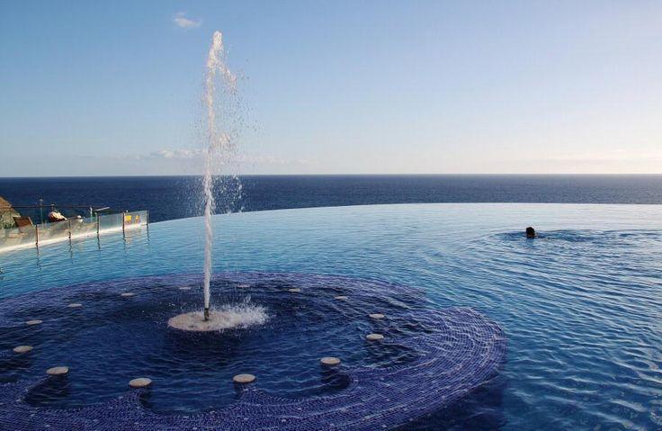 http://guias-viajar.com/ Piscina con vistas al mar del hotel Gloria Royal en playa Amadores en Gran Canaria